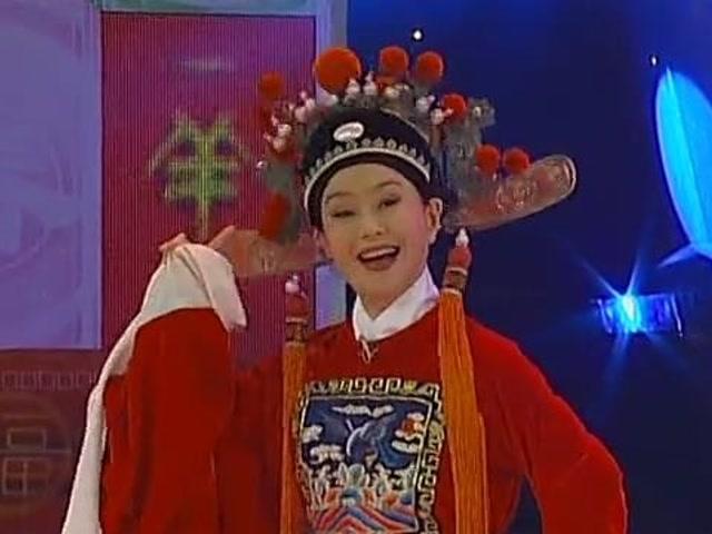 鞠萍 孙小梅演唱黄梅戏《女驸马》选段,两位主持人扮相俊美,唱功优雅动听